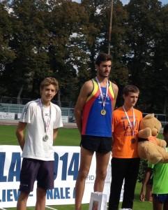 """Simone Bernardi sul podio dei 3000 metri vinti in 8'41""""02 che lo collocano al secondo posto delle graduatorie nazionali"""