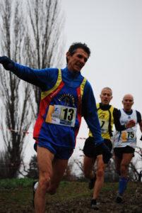 Ecco come Daniele Dottori, categoria SM50, contrasta il fango in un tornante in discesa!